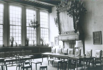 6823 FD012804 Interieur van de Schepenzaal in het stadhuis van Zwolle, ingericht voor huwelijksvoltrekking zonder ...