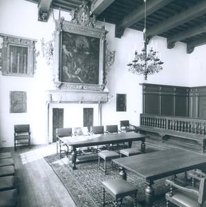 6824 FD012805 Interieur van de Schepenzaal in het stadhuis van Zwolle, ingericht voor huwelijksvoltrekking zonder ...