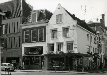 7041 FD001451 Blijmarkt 2, zuidzijde. Op de hoek Luttekestraat Banketbakkerij en automatiek Th. Kamphof en daarnaast ...