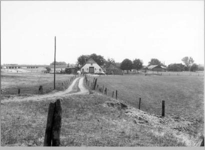 8194 FD000954 Boerderij aan een zijpad van de Bergkloosterweg in de wijk Berkum Brinkhoek. Op de achtergrond is de A 28 ...