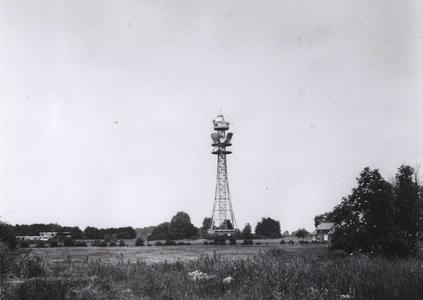 8779 FD000985 TV toren te Berkum in het landschap met rechts een boerderij aan de Bergkloosterweg in de wijk Berkum ...