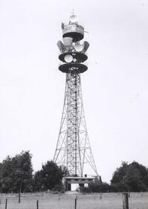 8780 FD000986 Televisie relaiszender televisietoren Berkum in het landschap van dichtbij gezien in de wijk Berkum ...