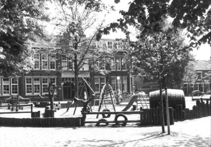 9334 FD000311 Assendorperplein met kinderspeelplaats en apparatuur, 1977-00-00