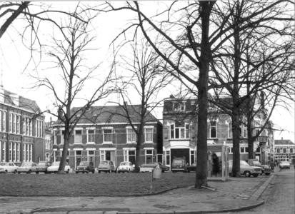 9335 FD000312 Assendorperplein met middenplantsoen en twee telefooncellen, 1974., gezien naar het zuid zuid oosten. met ...