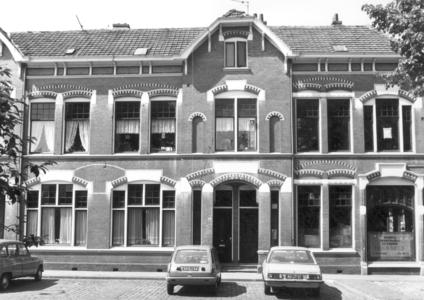 9885 FD000318 Assendorperplein gezien naar de zuidoostkant nr 4a en 4 met drukkerij in het hoekhuis, 1977 ...