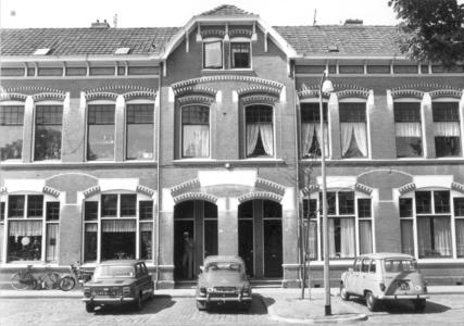 9886 FD000319 Assendorperplein 1977 gezien naar de zuidoostkant nr 6 en 6a, 8 en 8a. Assendorperplein nrs 2-12 ...