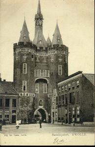 1019 PBKR3158 De Sassenpoort, gezien vanaf het Van Nahuysplein. De poort is in 1898 gerestaureerd en van een gotisch ...