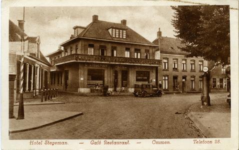 1210 PBKR6053 Links op de foto een ANWB wegwijzer en de woning van dokter Warnsinck, in het midden het hotel-restaurant ...