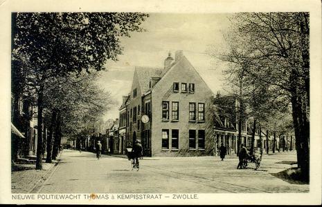 1268 PBKR3768 Splitsing Thomas a Kempisstraat - Vechtstraat met op de hoek de nieuwgebouwde politiebureau. Rails van de ...