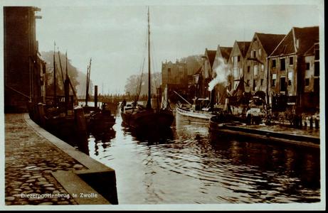 1276 PBKR3775 Thorbeckegracht met Diezerpoortenbrug (draaibrug 1870-1939), gezien naar het oosten, ca. 1920. In de ...