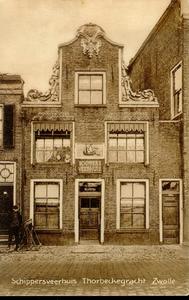 1288 PBKR3787 Thorbeckegracht 41: pand met halsgevel met gebeeldhouwde vleugelstukken. In de top gedateerd 1721. ...