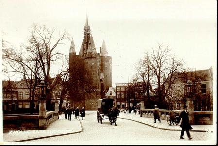 1449 PBKR3233 Sassenpoortenbrug 1923. Een door een paard getrokken huifkar passeert. . Het Overijsselsch Dagblad houdt ...