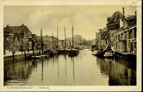 1486 PBKR3805 Thorbeckegracht gezien naar het oosten vanaf de Vispoortenbrug met binnenvaartschepen aan de noordelijke. ...
