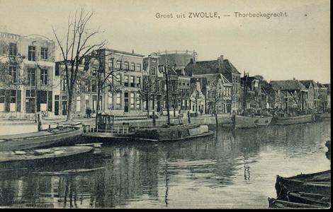 1501 PBKR3820 Thorbeckegracht met huizenrij en daarachter de gashouder van de gasfabriek op het Assiesplein, ca. 1925. ...