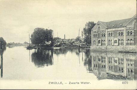 1513 PBKR4367 Zwartewater met rechts industriegebouwen J. van Assen op de Friesewal, op de achtergrond rechts een ...