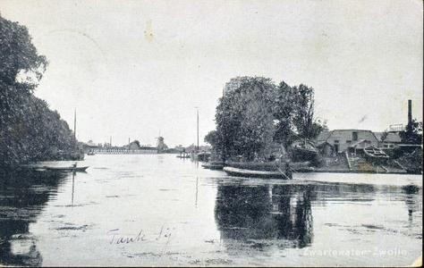 1520 PBKR4374 Gezicht vanaf het Rodetorenplein op het Zwartewater. Links is het hekwerk te zien van de BZZ bad- en ...