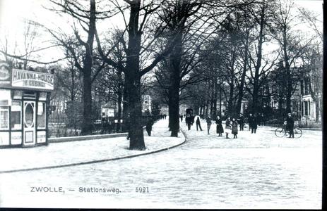 174 PBKR3582 De Stationsweg te Zwolle in de richting van de stadsgracht, ca. 1915. Links de sigarenkiosk van B. Ebbing. ...