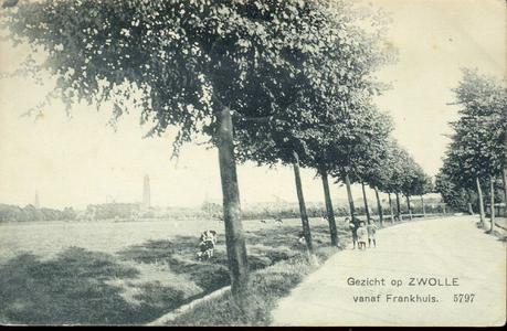 1746 PBKR4420 Gezicht op Zwolle vanaf Frankhuis, 1905-1910. Het geheel biedt een zeer landelijk beeld: een weg met ...