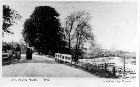 1748 PBKR4422-01 Twee vrouwen, wandelend op de Gasthuisdijk in de richting van Frankhuis, ca. 1900. Rechts bevindt zich ...