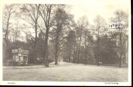 176 PBKR3584 De Stationsweg in de richting van de binnenstad, ca. 1920. Links de tabakskiosk van B. Ebbing., 1920-00-00