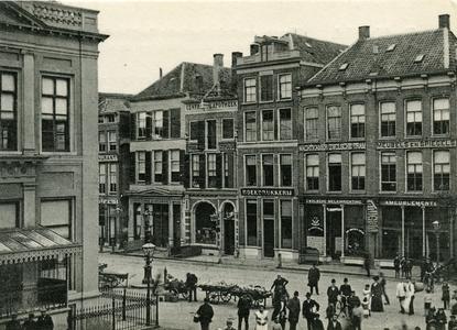 1867 PBKR6171 Panoramafoto van de noordzijde van de Melkmarkt en de Grote Markt, met rails van de paardentram, en het ...