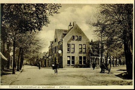 1928 PBKR3885 Gezicht op de splitsing Thomas a Kempisstraat (links) en Vechtstraat (rechts) met man achter handkar. In ...