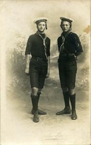 2062 PBKR6191 Links Wim en rechts Dirk Oelrich, zoons van bakker Oelrich, Oude Vismarkt 32. Beiden waren lid van de ...