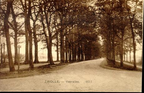 2132 PBKR3914 Veerallee (nu Oude Veerweg) met wegwijzer, 500 meter tot het Katerveer aangevend. Geen tramrails te zien, ...