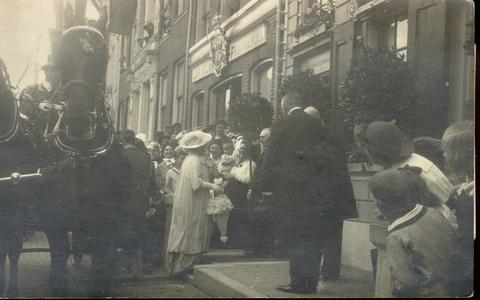 2156 PBKR4476 Koningin Wilhelmina betreedt (op 27 mei 1921), zojuist de koets verlaten, Melkmarkt 53 het Vrouwenhuis, ...
