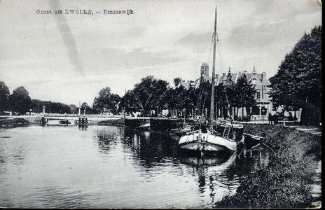 225 PBKR4168 Gezicht op afgemeerde turfschepen in de Willemsvaart bij de Emmawijk, ca. 1925. Peperbus te zien, molens ...