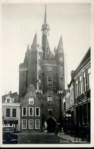 2303 PBKR3369 Sassenstraat, ca. 1947, gezien naar de Sassenpoort (Sassenstraat 51), klokgeveltje Sassenstraat 53 ...