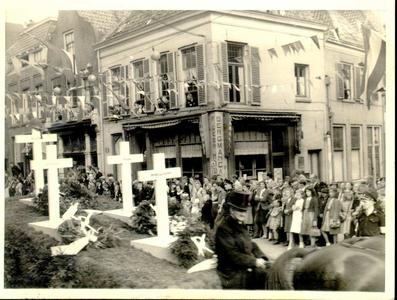 2405 PBKR4545 Praalwagen met kruisen in de Luttekestraat tijdens optocht ter gelegenheid van het bezoek prinses Juliana ...
