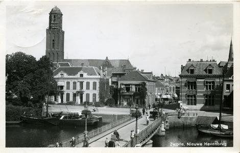 2497 PBKR6269 De Nieuwe Havenbrug vanaf het Klein Wezenland (sinds 1933 Van Royensingel). De stalen brug met lantaans ...