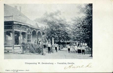 2568 PBKR3990 Groep meisjes en jongens ca. 1900-1904, in de tuin van de uitspanning W. Zwakenberg aan de Veerallee. Er ...