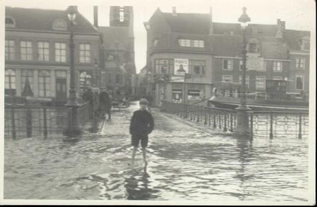 2574 PBKR3995 Hoog water op 14 januari 1916 aan de Vispoortenbrug (met straatlantaarns gaslantaarns lantaarnpalen van ...