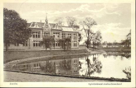 2766 PBKR3472 Gezicht op de stadsgracht met de ambachtschool aan de Spinhuiswal (vanaf 1941 Menno van Coehoornsingel), ...