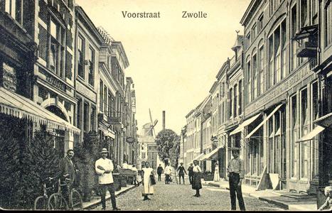 2785 PBKR4026 Blik in de Voorstraat naar het westen met op de achtergrond de Jufferenwalmolen. De schoorsteenpijp is ...