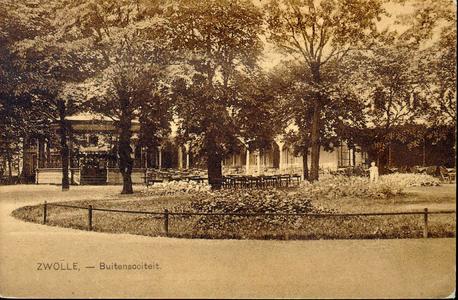 3014 PBKR4075 Tuin van de Buitensociëteit (Stationsplein 1) met muziektent en beeldje, ca. 1925. De grote galerij is ...