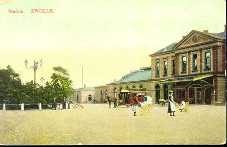 3181 PBKR3527 Stationsplein 10, Gezicht op de ingangspartij en het oostelijke gedeelte van het stationsgebouw, ca. ...