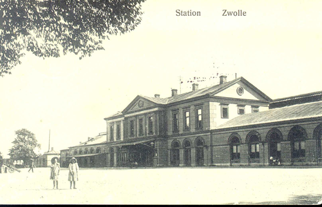 3183 PBKR3529 Stationsplein 10, ca. 1910. de voorgevel van het stationsgebouw als toegang tot de grote wereld, die voor ...