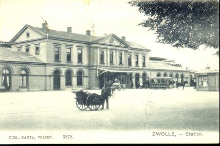 3185 PBKR3531 Stationsplein met het gebouw van het station NS (Stationsplein 10) vanaf de Oosterlaan, ca. 1908. De ...