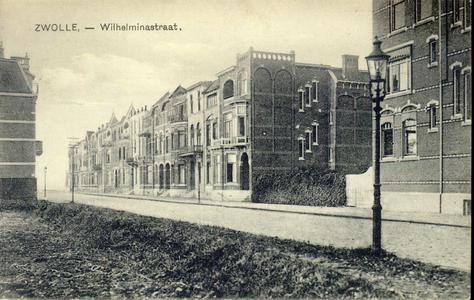 3223 PBKR4105 Wilhelminastraat met een houten telefoonpaal aan de zuidkant. Er staan wel drie gaslantaarns voor ...