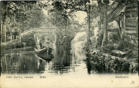 3313 PBKR5822 De gracht van Giethoorn met brugje en jongedame in punter. De kaart is afgestempeld in 1905. , 1900-00-00
