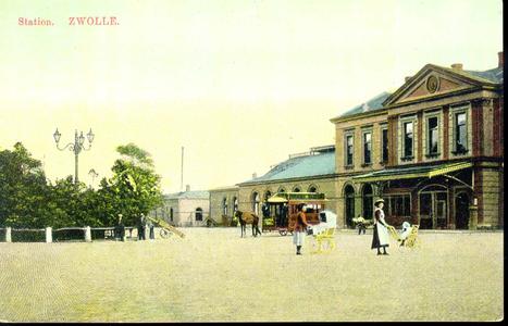 3410 PBKR3576 Gezicht op de ingangspartij en het oostelijke gedeelte van het stationsgebouw (gebouwd 1868) ...