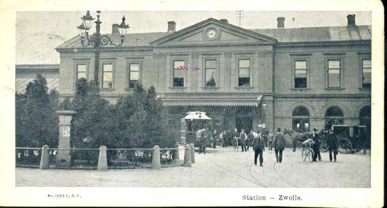3411 PBKR3577 Stationsplein 10 met het stationsgebouw (gebouwd 1868) 1902. De enige versiering werd gevormd door een ...