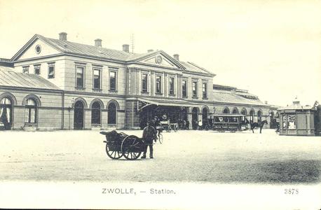 3412 PBKR3578 Stationsplein 10 met het stationsgebouw (gebowd 1868) gezien vanaf de Oosterlaan, ca. 1908. De ...