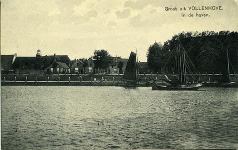 345 PBKR5916 Zicht op Vollenhove vanaf de buitenhaven met een paar vissersschepen, met op de voorgrond Aan Zee. Rechts ...