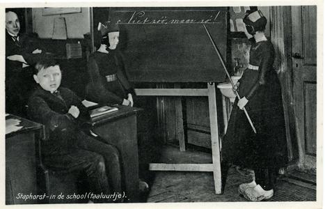3587 PBKR6456 Gemengde schoolklas met links de meester en voor het bord twee meisjes in klederdracht. , 1930-00-00