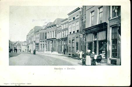 3648 PBKR0725 Gezicht op de Smeden, ca. 1900. Rechts de winkel in bedden en matrassen van de weduwe Tulp (Diezerstraat ...
