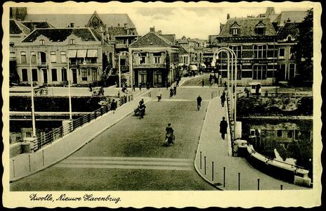 3744 PBKR2436 De nieuwe Havenbrug, ca. 1940. De nieuwe brug ligt er. Fraaie lichtarmaturen. De kade is vernieuwd met ...